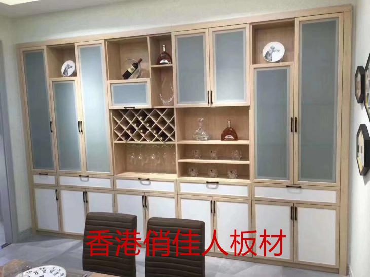 这是直接决定了衣柜的品质高低的,最好是选用厚实坚固耐用的原木类型